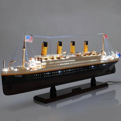 Titanic mit Licht Schiffsmodell