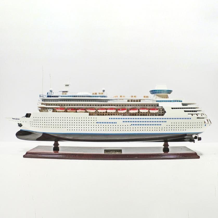 Handgefertigtes Schiffsmodell aus Holz der Majesty of the Seas