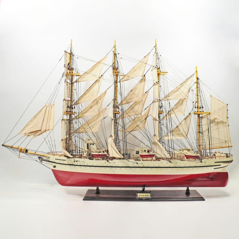Handgefertigtes Schiffsmodell aus Holz der Nippon Maru