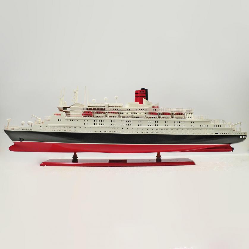 Handgefertigtes Schiffsmodell aus Holz der Queen Elizabeth