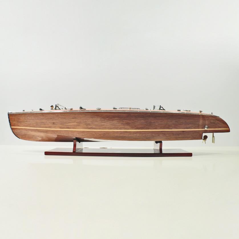 Maquette de bateau en bois faite à la main du Thyphoon