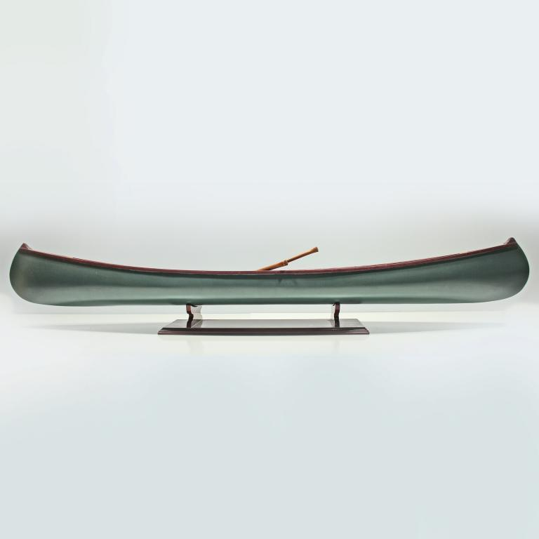 Handgefertigtes Schiffsmodell aus Holz eines Kanus