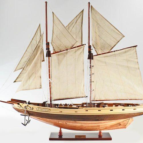 Handgefertigtes Segelyachtmodell der Pen Duick