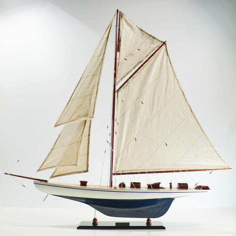 Handgefertigtes Schiffsmodell aus Holz der Defender