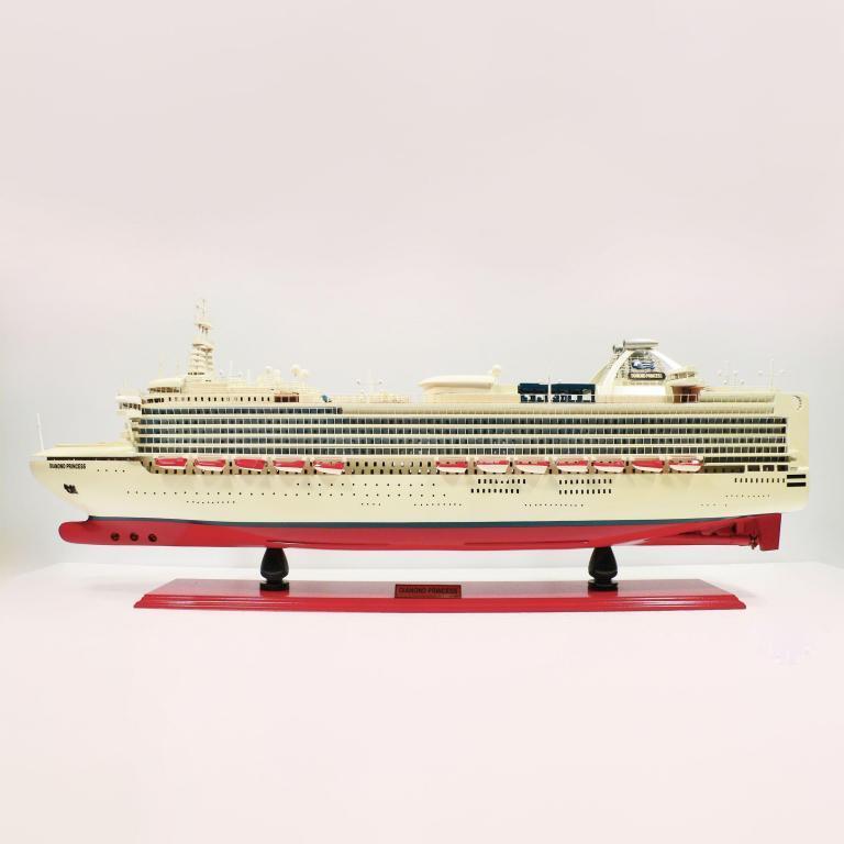 Handgefertigtes Schiffsmodell aus Holz der Diamond Princess