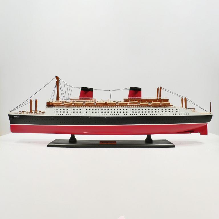 Handgefertigtes Schiffsmodell aus Holz der France 1