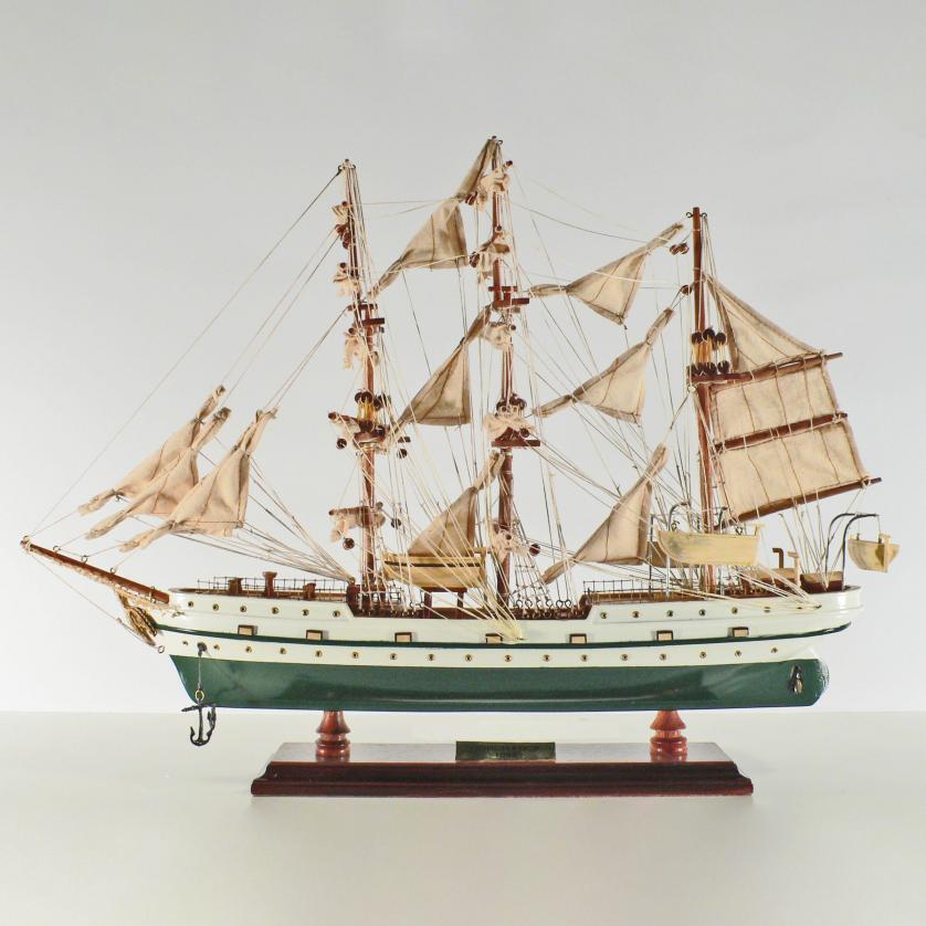 Handgefertigtes Schiffsmodell aus Holz der Gorch Fock