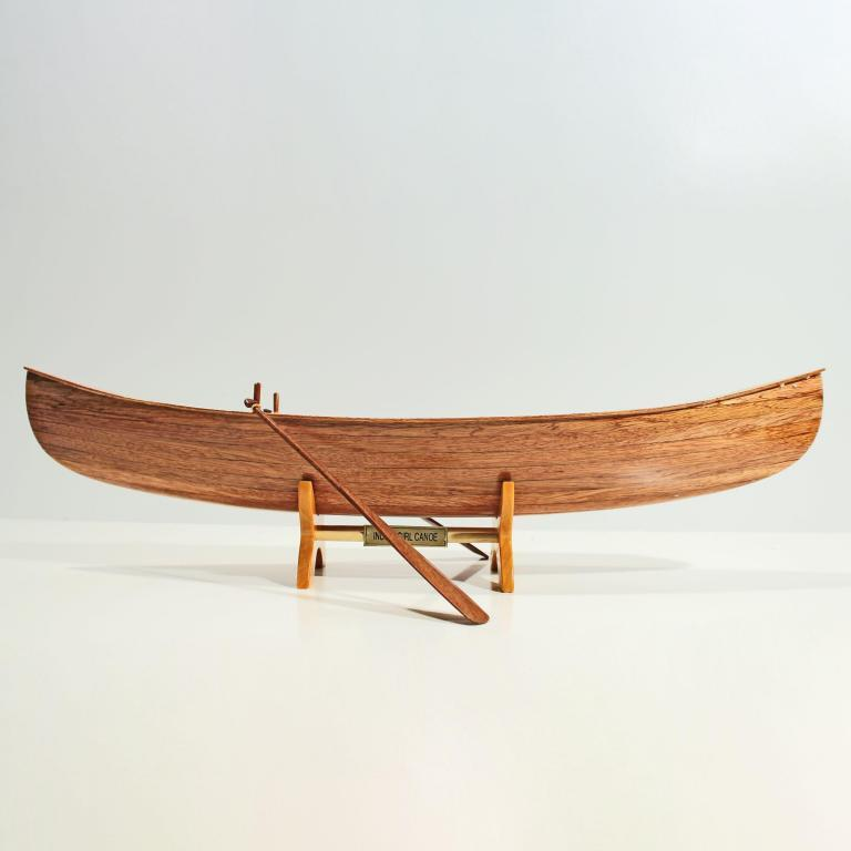 Handgefertigtes Schiffsmodell aus Holz des Indian Girl Kanus