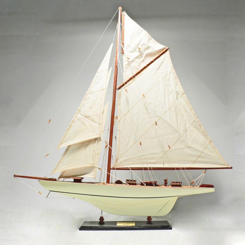 Handgefertigtes Segelschiffmodell der Defender