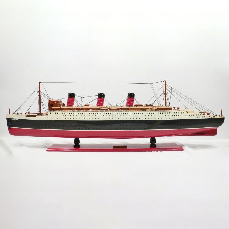 Handgefertigtes Schiffsmodell aus Holz der Queen Mary