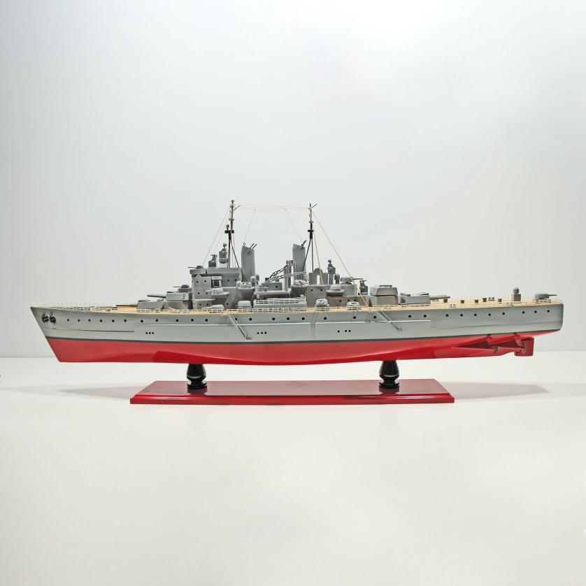Handgefertigtes Schiffsmodell aus Holz der USS Vanguard