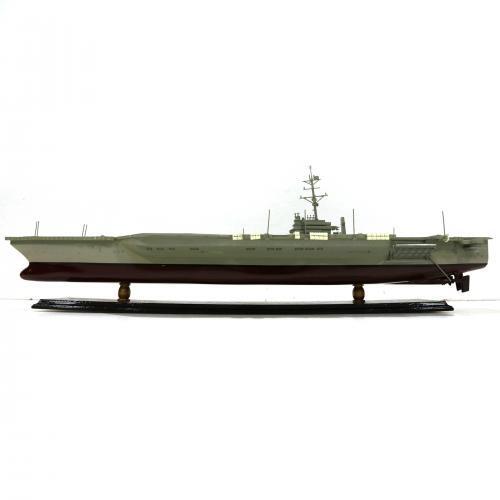 Handgefertigtes Schiffsmodell aus Holz eines Flugzeugträgers
